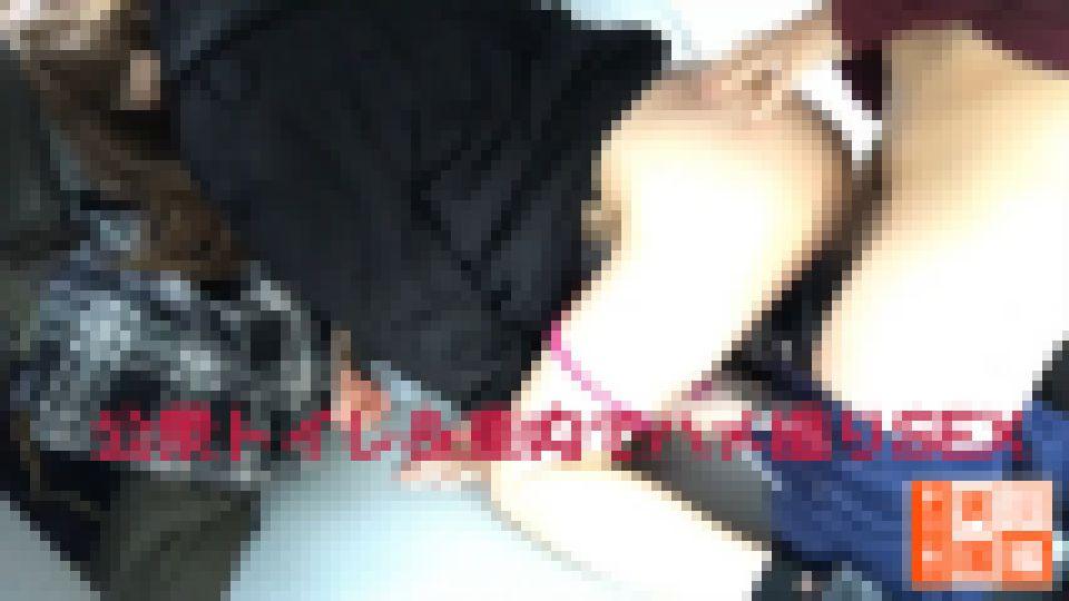 【野外プレイ!】へそピが可愛いミニスカギャルに公衆トイレ&車で愛液ダダ漏れ濃厚SEX!! 花音(24) 画像