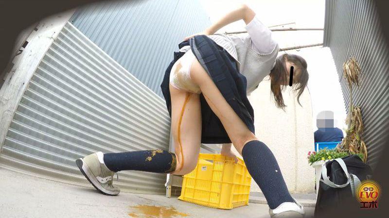 路地裏にて 街の人が見たうんこ漏らし女学生2